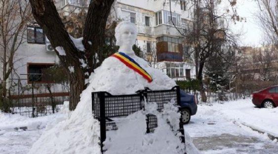 Pensionarul care a sculptat bustul lui Eminescu în ..zăpadă